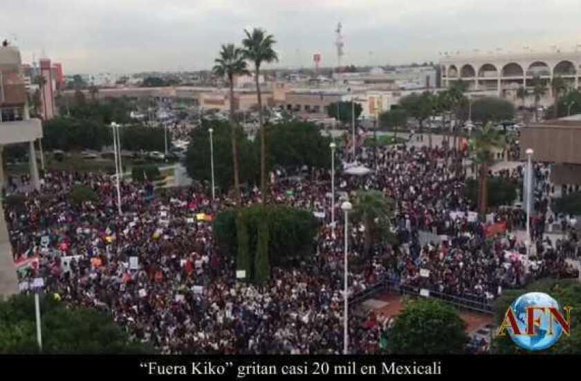 """""""Fuera Kiko"""" gritan casi 20 mil en Mexicali"""