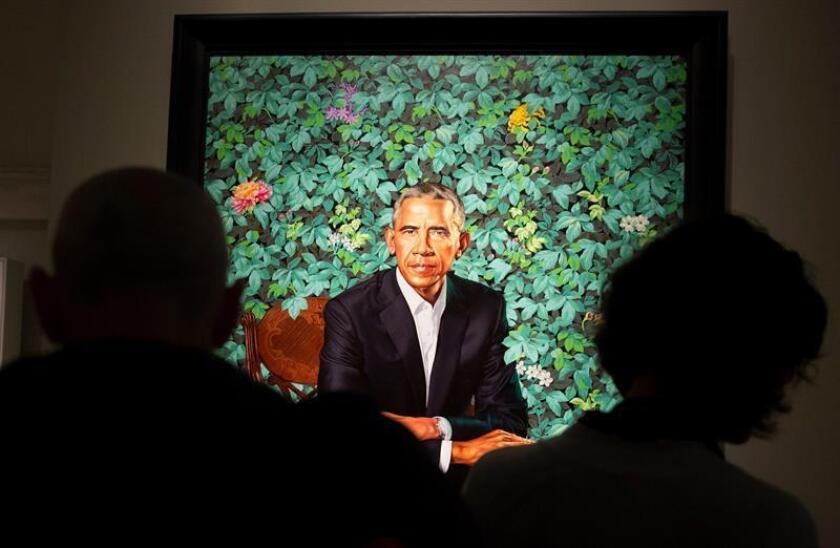El retrato del expresidente estadounidense, Barack Obama, pintado por Kehinde Wiley, expuesto en la Galería Nacional de Retratos de Smithsonian, en Washington DC (Estados Unidos), el 13 de febrero de 2018. EFE/Archivo