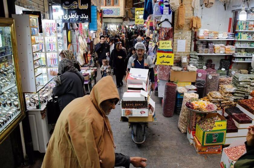 Un grupo de personas compran en un mercado en Teherán, Irán, hoy 5 de noviembre de 2018. EFE