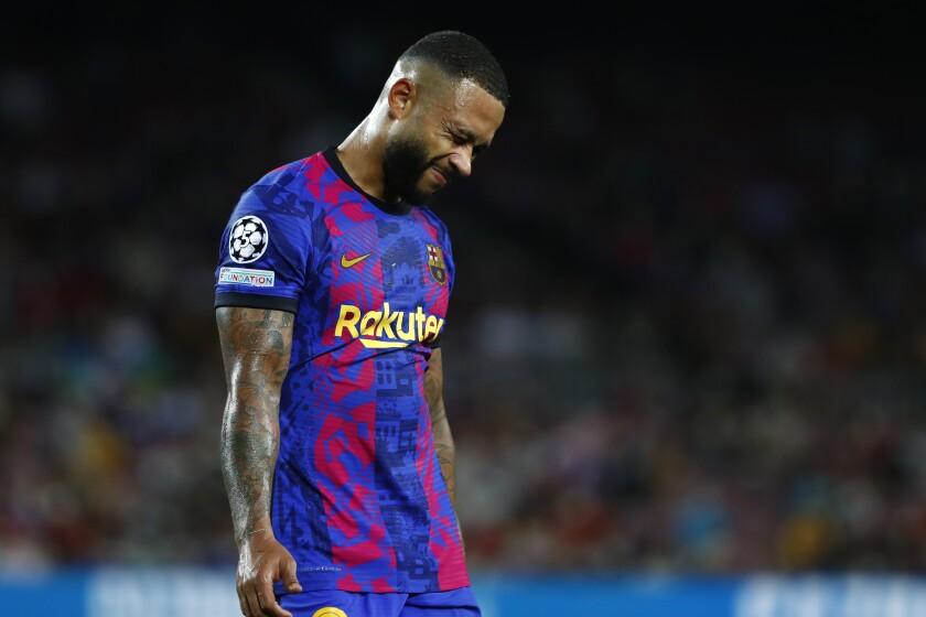 Memphis Depay, del Barcelona, se lamenta tras la derrota ante el Bayern Múnich, en un partido de la Liga de Campeones, el martes 14 de septiembre de 2021 (AP Foto/Joan Monfort)
