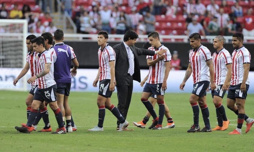 El entrenador de las Chivas, José Saturnino Cardozo (c), consuela a sus jugadores luego de otra derrota en casa.