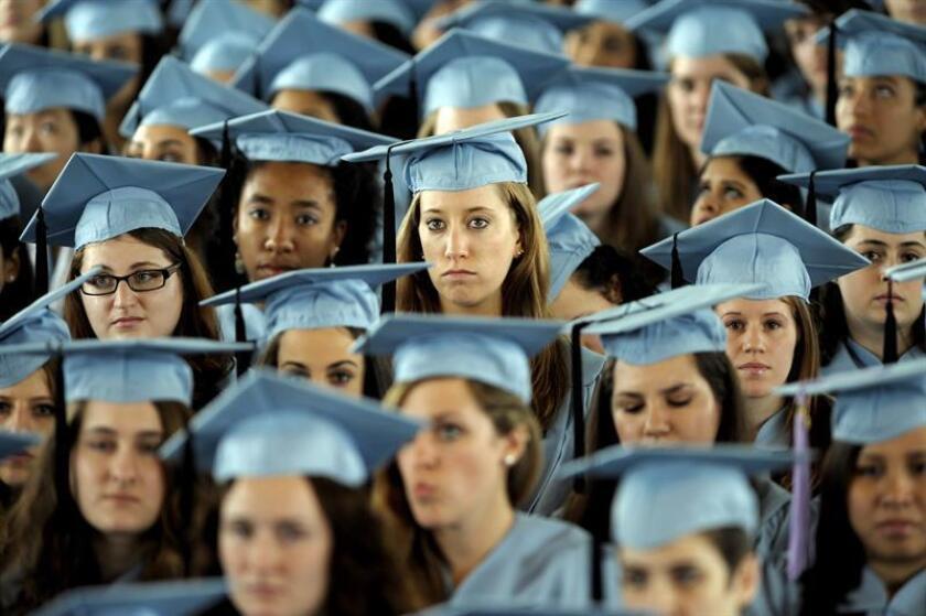 Alumnas del Barnard Collegede donde el presidente norteamericano Barack Obama asiste a la ceremonia de graduación, en Nueva York, Estados Unidos, el lunes 14 de mayo de 2012. EFE/Archivo