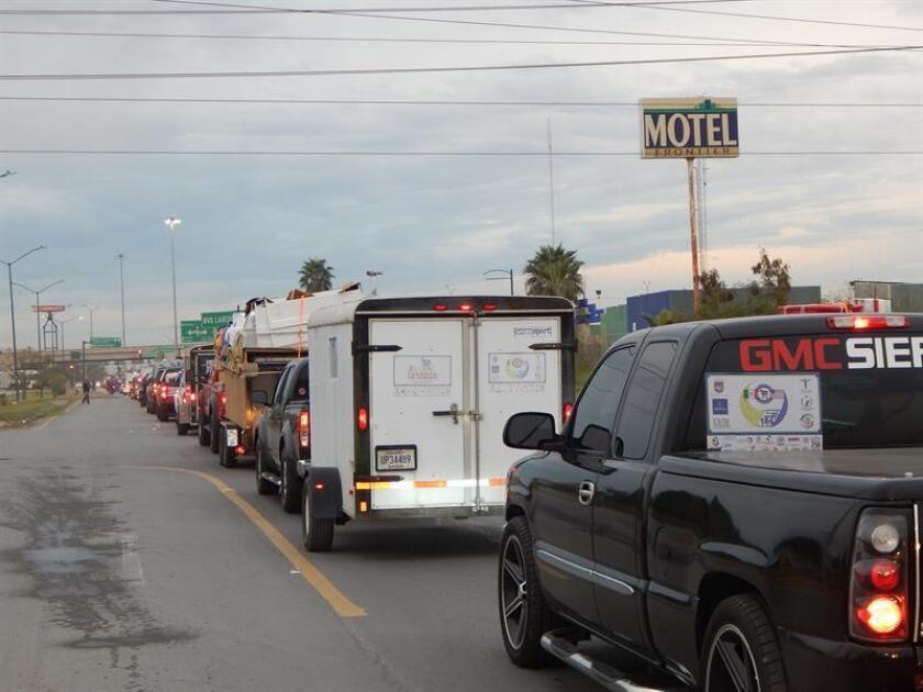 Vista general de una caravana de migrantes mexicanos residentes en Estados Unidos que viajan en sus vehículos hoy, viernes 15 de diciembre de 2017, a San Juan del Río Querétaro (México). EFE/STR