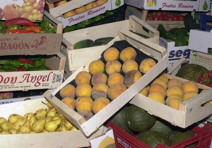 Fotografía donde se muestra varias frutas y verduras que irán a la basura. Los estadounidenses desperdician casi una cuarta parte de la comida que compran, es decir, 150.000 toneladas de comida al día. EFE/Archivo