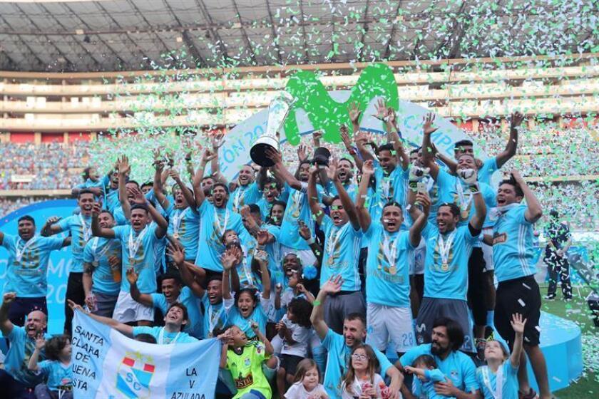 El Sporting Cristal celebra la victoria hoy, tras la final de la liga peruana de fútbol ante el Alianza Lima, en Lima (Perú). EFE