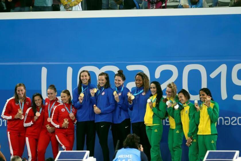 Los equipos de EE.UU. (oro), Canadá (Plata) y Brasil (bronce) celebran este martes tras la final de 4X100m Relevo Libre Femenino en los Juegos Panamericanos 2019 en Lima (Perú). EFE/Juan Ponce