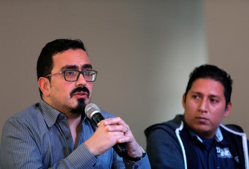 El abogado de la organización Artículo 19 Leopoldo González (i), y Jorge Sánchez, hijo del periodista secuestrado y posteriormente asesinado Moisés Sánchez, participan en la presentación de un exhaustivo informe en que se relatan seis casos mediáticos de ataques contra la libertad de expresión que permanecen impunes, este lunes, en Ciudad de México (México). EFE