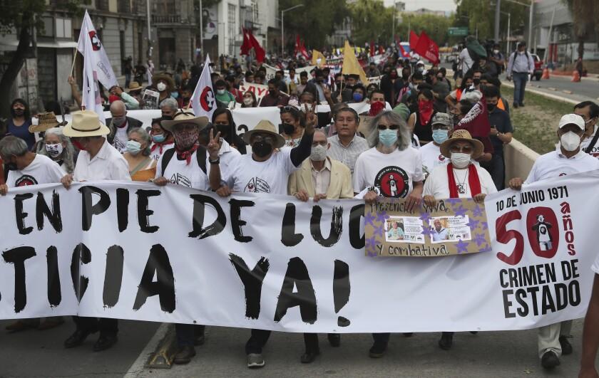 Manifestantes marchan con motivo del 50 aniversario de la masacre de estudiantes