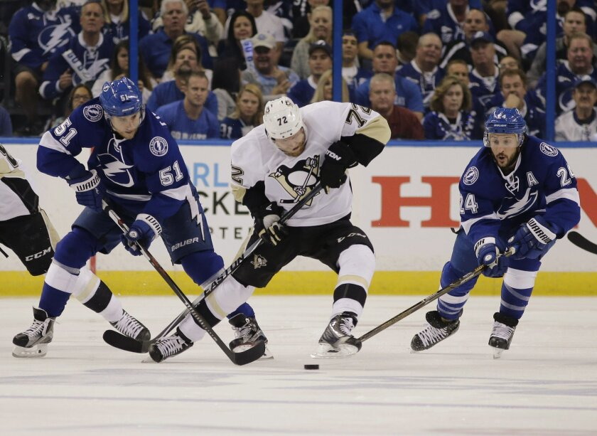 Tampa Bay Lightning right wing Ryan Callahan (24) and center Valtteri Filppula (51), of Finland, attempts to gain control of the puck from Pittsburgh Penguins right wing Patric Hornqvist (72), of Sweden, during the first period of Game 6 of the NHL hockey Stanley Cup Eastern Conference finals Tuesd