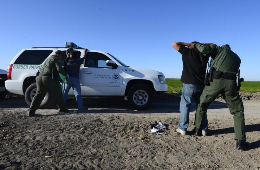 Agentes de la patrulla fronteriza detienen a presuntos inmigrantes ilegales en un costado del Río Grande cerca de McAllen, Texas (EE.UU.). EFE/Archivo