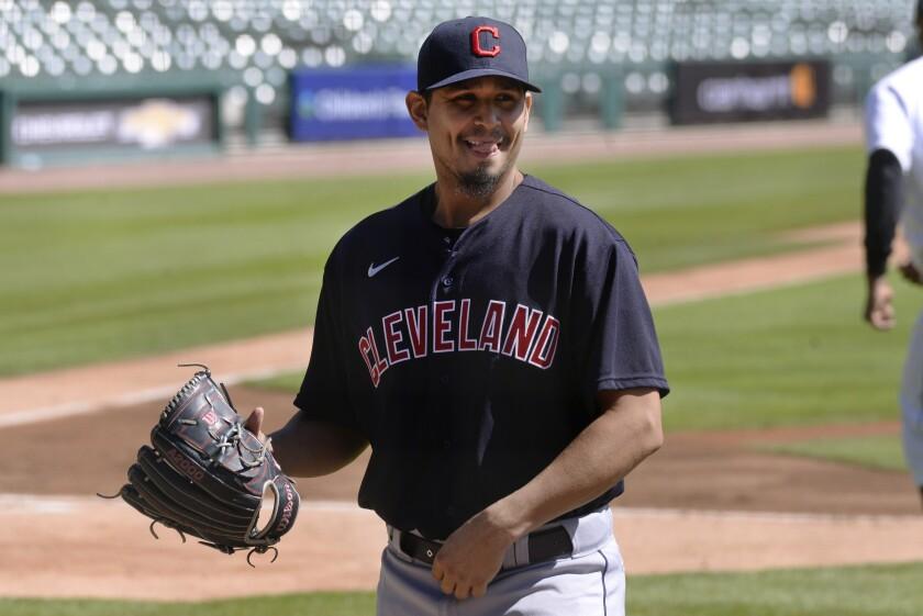 ARCHIVO - En esta foto del 20 de septiembre de 2020, el lanzador de los Indios de Cleveland Carlos Carrasco