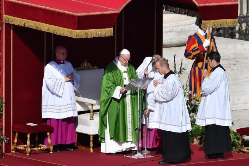 El papa Francisco celebra la misa de apertura del Sínodo sobre los jóvenes en la Plaza de San Pedro del Vaticano, este 3 de octubre. EFE