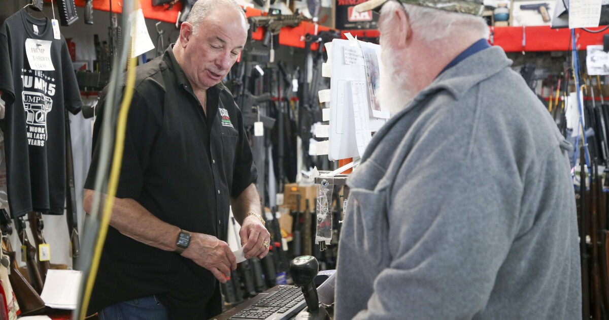 Ως coronavirus πανδημία μεγαλώνει, οι πωλήσεις όπλων είναι ραγδαία σε πολλές πολιτείες