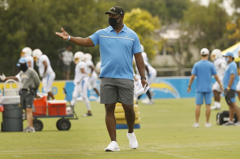 Anthony Lynn, center, works with players on the Chargers.