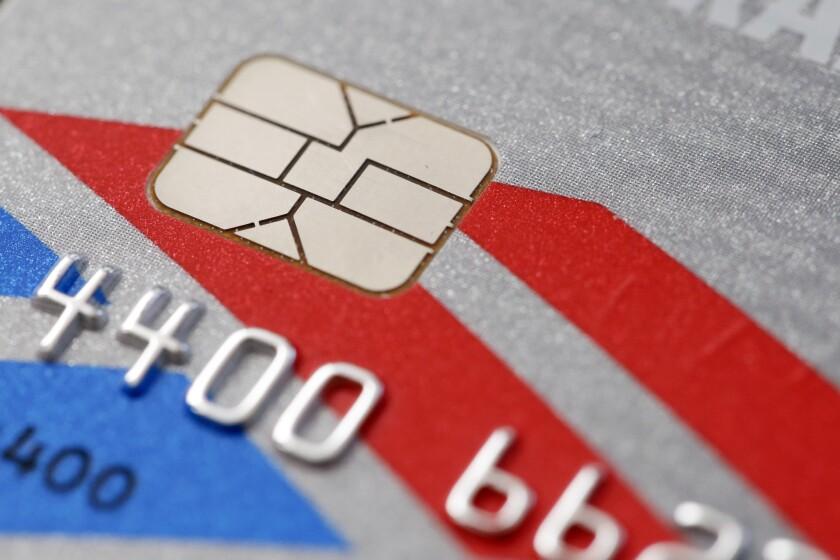 Esta foto muestra una tarjeta de crédito con chip en Filadelfia. Los bancos estadounidenses, cansados de gastarse miles de millones de dólares cada año para rembolsar a consumidores defraudados, están en proceso de retirar decenas de millones de tarjetas de crédito y débito con tradicionales cintas magnéticas y remplazarlas con nuevas tarjetas que están equipadas con un chip de computadora que almacena la información de la cuenta de forma más segura.