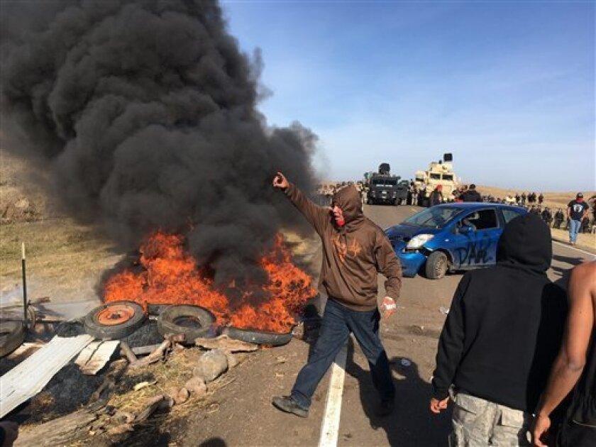 La Policía de Dakota del Norte detuvo a 141 personas entre indígenas y ecologistas en el desalojo de un campamento contra el proyecto de construcción de un oleoducto que se extendió hasta la madrugada de este viernes, informaron las autoridades.