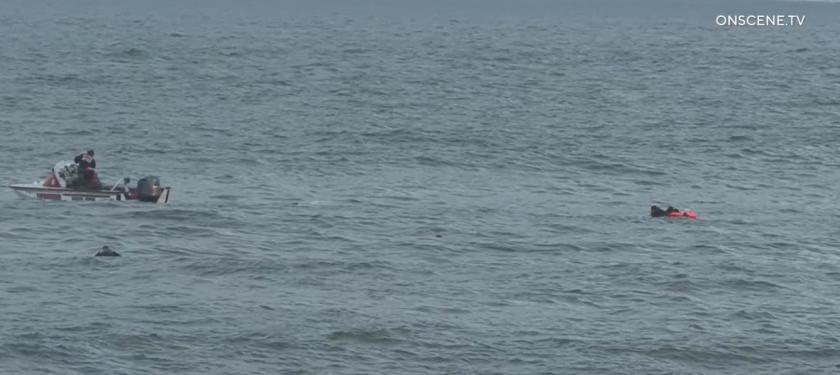 Los socorristas rescataron a varias personas después de que una presunta embarcación de contrabando naufragara