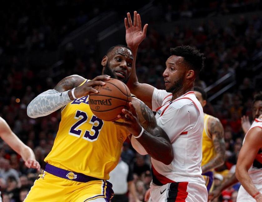 El alero de los Lakers LeBron James (i) en acción contra el escolta de los Trail Blazers Evan Turner (d), durante un partido de NBA disputado entre los Portland Trail Blazers y Los Ángeles Lakers, en el Centro Moda de Portland, Oregon (EE.UU.). EFE