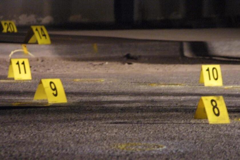 Un migrante guatemalteco falleció y otros dos resultaron heridos en un tiroteo entre policías y traficantes de personas en el oriental estado de Veracruz, informaron hoy las autoridades locales. EFE/Archivo