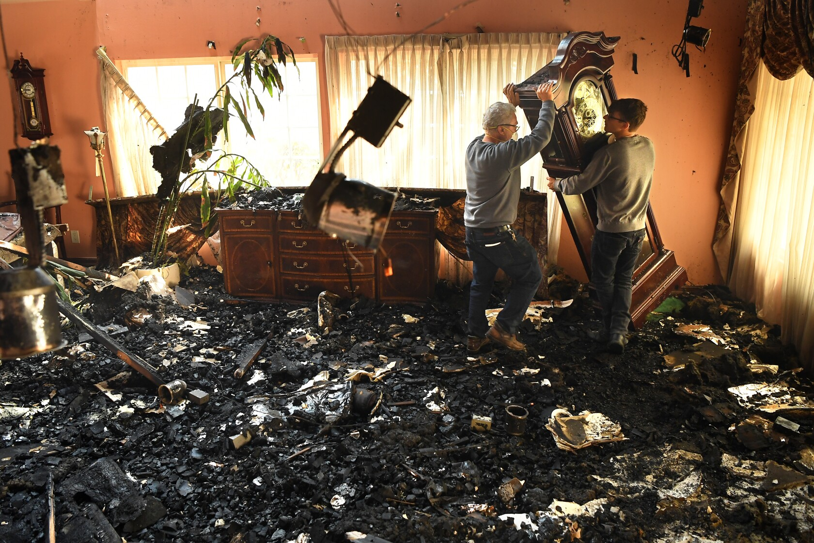 Saddleridge fire explodes to 4,700 acres, burns 25 homes in San Fernando Valley