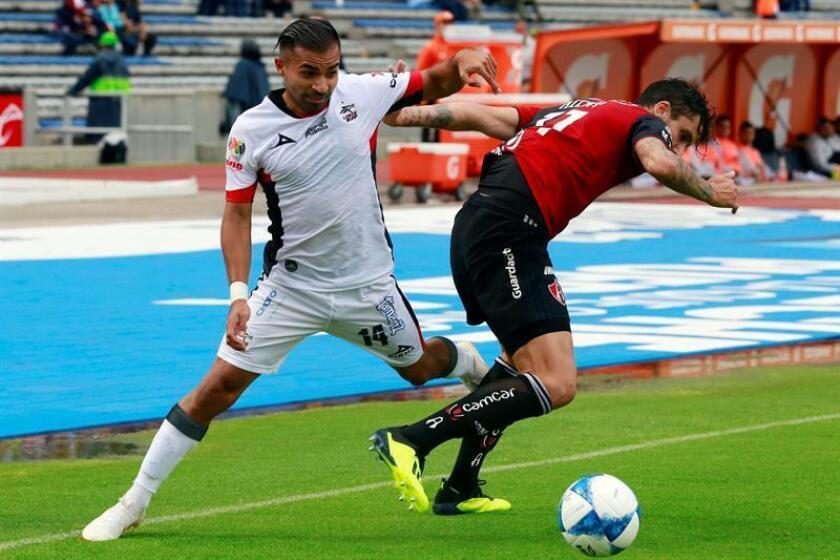 El centrocampista chileno Bryan Rabello (i), del Lobos Buap del fútbol mexicano, aseguró hoy que pese a la crisis en el torneo Apertura 2018, el equipo está unido, confiado en revertir los resultados. EFE/ARCHIVO