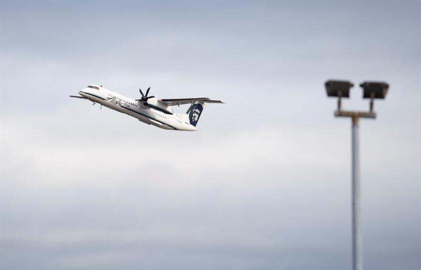 A Horizon Air Bombardier Q400 takes off from Seattle-Tacoma International Airport in SeaTac, Washington, USA, 11 August 2018. On 10 August 2018 a Horizon Air employee allegedly stole a Horizon Air Bombardier Q400 flew it for about 90 minutes before crashing the aircraft on an Island south of Tacoma, Washington USA. (Estados Unidos) EFE/EPA