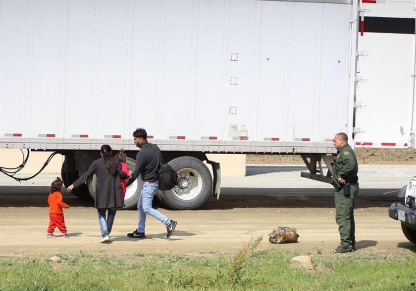 Un grupo de 62 inmigrantes indocumentados fue descubierto por la Patrulla Fronteriza (CBP, por sus siglas en inglés) tratando de cruzar la frontera escondidos en la parte trasera de un camión en Laredo (Texas), informaron hoy las autoridades. EFE/Archivo