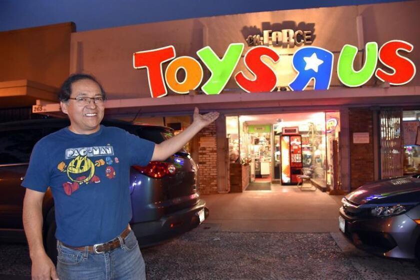 El guatemalteco George Samayoa muestra un anuncio de la desaparecida juguetería Toys R US, el pasado lunes, 17 de diciembre de 2018, en Los Ángeles, California (EE.UU.). EFE