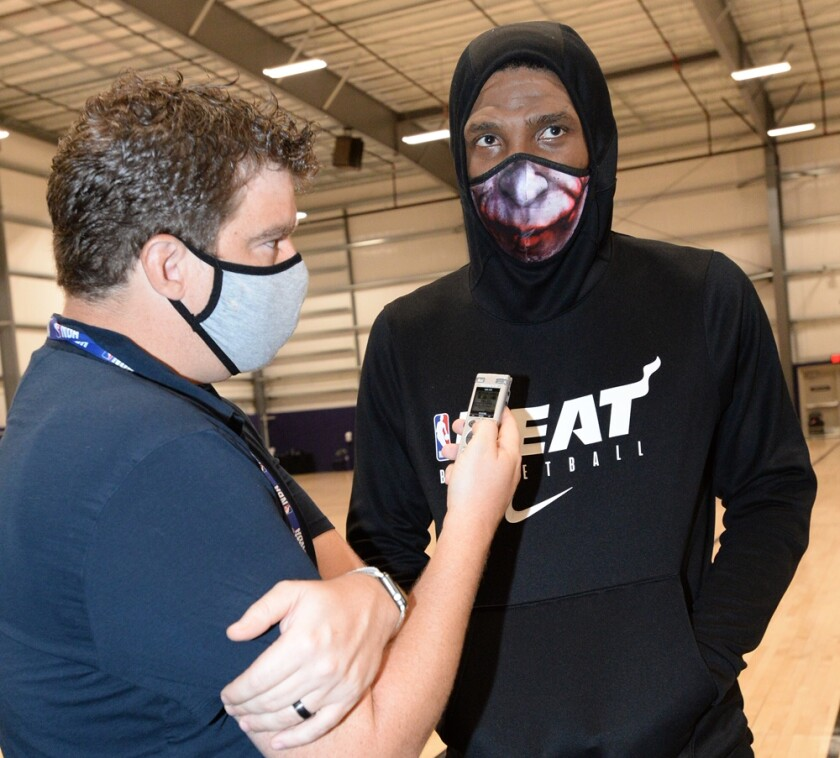 El reportero de The Times Dan Woike entrevista al veterano del Heat Udonis Haslem, durante una práctica.