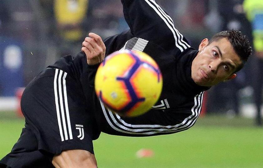 El Juventus Turín y el Milan dirimirán este miércoles en Yeda (Arabia Saudí) la Supercopa italiana, en un duelo que tiene al milanista argentino Gonzalo Higuaín, exjugador del equipo turinés, como gran protagonista, y a un Cristiano Ronaldo que puede alzar su primer título como juventino. EFE/Archivo