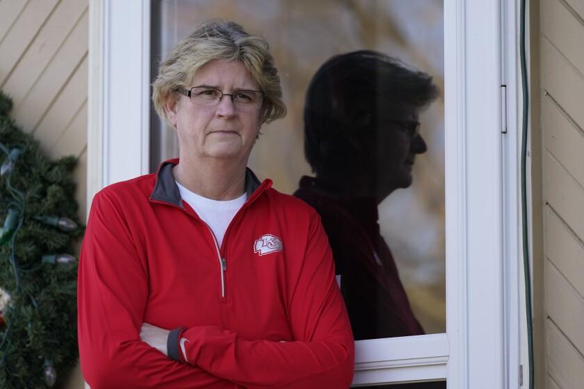 Keli Paaske posa a la entrada de su casa en Olathe, Kansas,