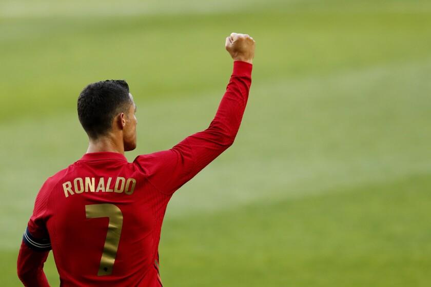 El portugués Cristiano Ronaldo celebra después de anotar el segundo gol de su equipo durante el juego amistoso ante Israel, el miércoles 9 de junio de 2021, en Lisboa. (AP Foto/Armando Franca)