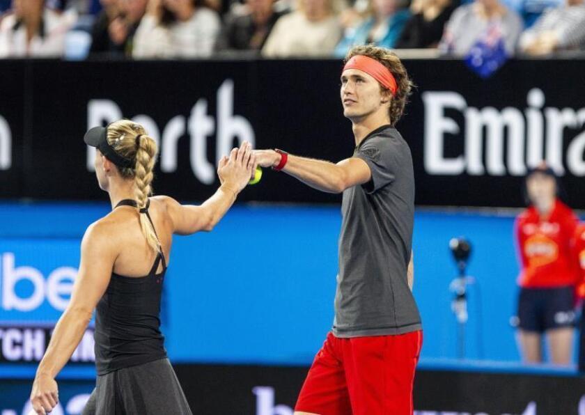 Los tenistas alemanes Alexander Zverev y Angelique Kerber (i) durante el partido de dobles mixtos entre Australia y Alemania de la Copa Hopman, en el RAC Arena de Perth, Australia. EFE