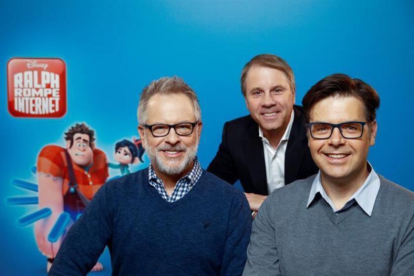 """Los directores de la película """"Rompe Ralph Internet""""; Rich Moore (i) y Phil Johnston (d), junto al productor Clark Spencer (c), posan durante el photocall para presentar la película antes mencionada. EFE/ARCHIVO"""