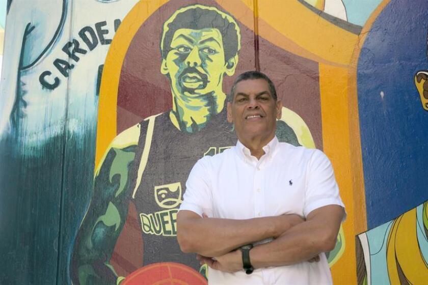 Fotografía del 12 de diciembre de 2018, donde aparece el exbaloncestista puertorriqueño Raymond Dalmau mientras posa frente a un mural dedicado a figuras del baloncesto puertorriqueño en el Coliseo Roberto Clemente de San Juan. EFE