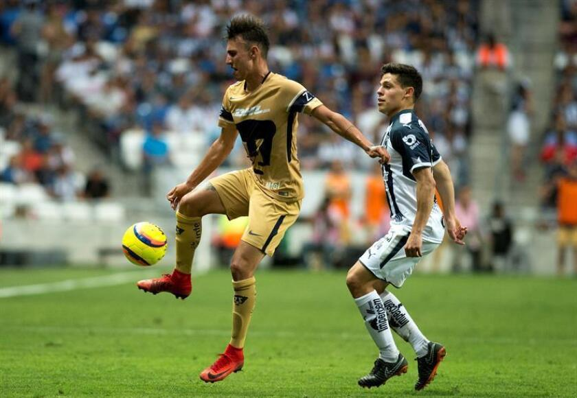 Alfonso González (d) de Rayados de Monterrey disputa el balón con Brian Figueroa (i) de Pumas de la UNAM, durante un partido. EFE/Archivo