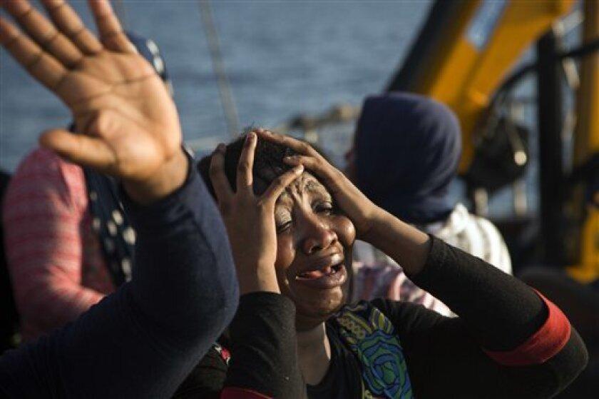 Una mujer de Nigeria gesticula a bordo del barco Astral tras ser rescatada por miembros de la ONG Proactiva Open Arms, durante una operación en el mar Mediterráneo.