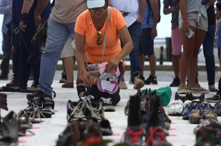 Una persona coloca unos zapatos en memoria a los muertos por el huracán María hoy, viernes 1 de junio de 2018, frente al Capitolio de San Juan, sede de la legislatura puertorriqueña (Puerto Rico). EFE