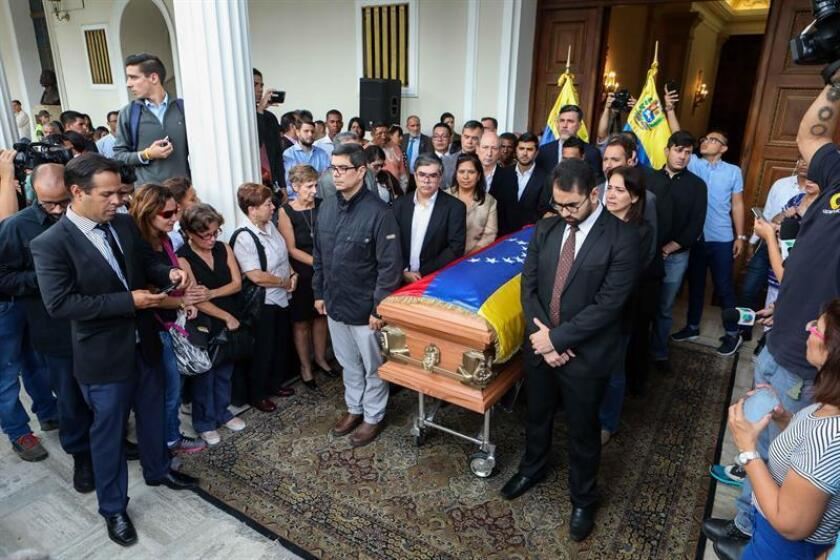 Deputies, relatives and friends pay tribute to councillor Fernando Alban at the Legislative Palace, in Caracas, Venezuela, 09 October 2018. EFE