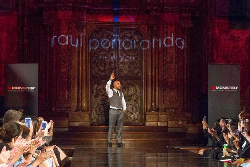 El diseñador Raúl Peñaranda trajo hoy a su pasarela en la Semana de la Moda en Nueva York una colección de sensuales y elegantes vestidos largos ceñidos al cuerpo, escotes, lentejuelas, sin que faltaran los peinados y el marcado maquillaje de los años 20, que inspiró la propuesta. EFE/ARCHIVO