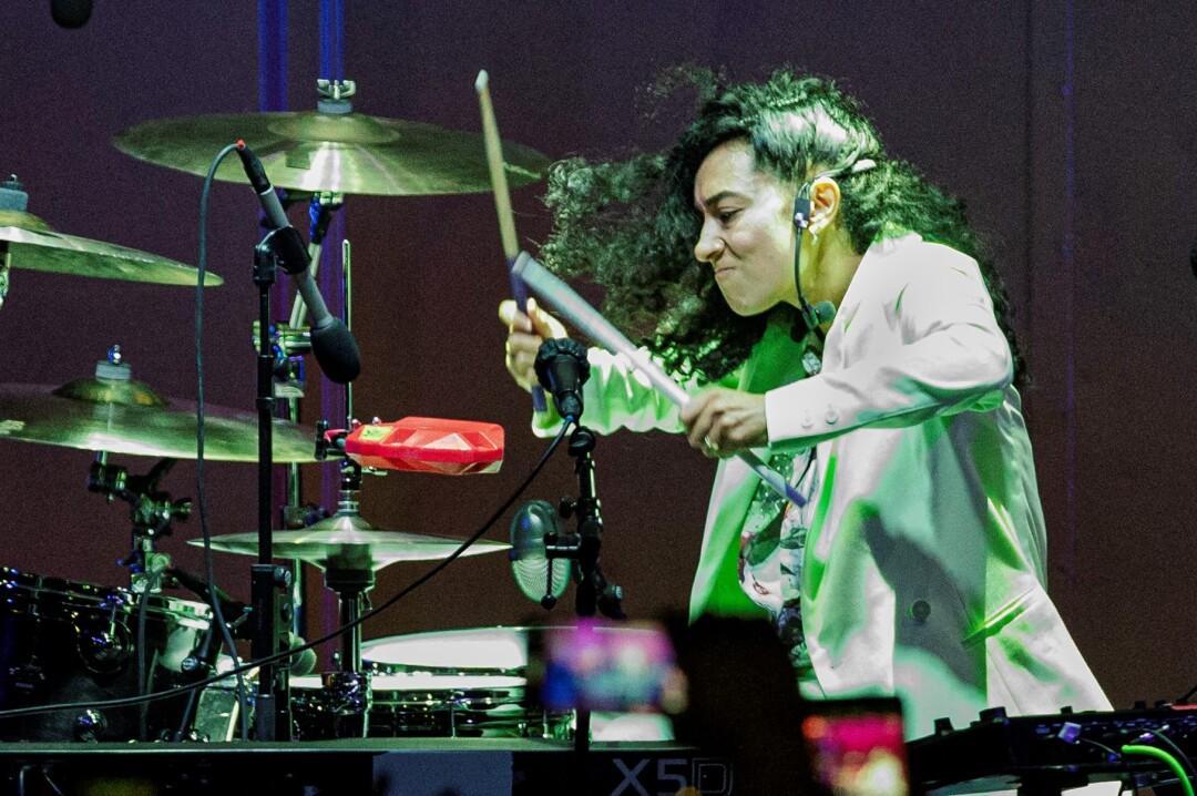 La artista interpreta la batería en otro momento de la presentación.