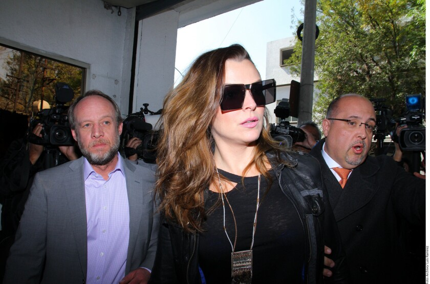 Marjorie de Sousa a la salida de una de las audiencias a las que ha tenido que asistir debido a su disputa con el actor Julián Gil debido a un caso controvertido de paternidad.