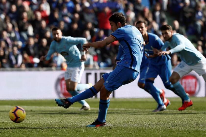 Eldelantero del Getafe, Jaime Mata marca gol de penalti ante el Celta de Vigo, durante el partido de la vigésimo tercera jornada de Liga en el estadio Coliseum Alfonso Pérez de Getafe. EFE