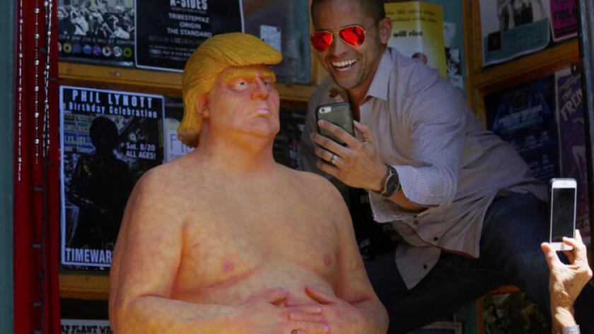 Este mes, estatuas desnudas de Donald Trump aparecieron alrededor de los Estados Unidos, incluyendo, en Hollywood Boulevard. ()