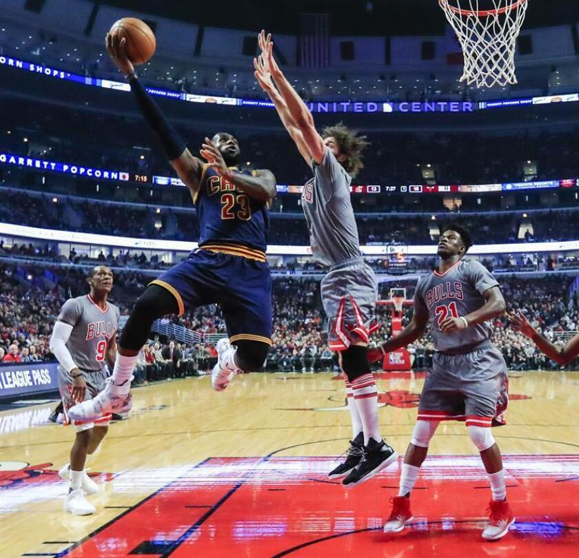 El jugador de los Cavaliers de Cleveland, LeBron James (2-i) entre el guardameta de los Chicago Bulls, Rajon Rondo (i), Robin López (2-d) y el jugador Jimmy Butler, en la primera mitad de su partido de la NBA en el United Centro en Chicago, Illinois. EFE