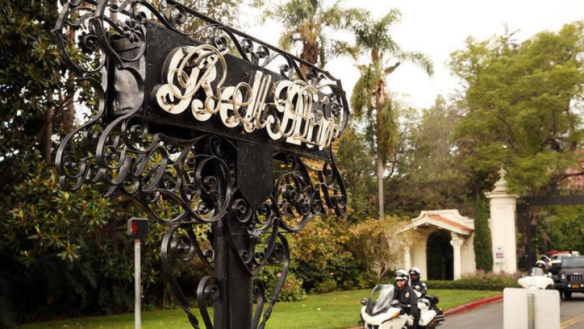 La entrada a Bel-Air conocida como 'East Gate' (puerta del este), en la intersección de los bulevares Beverly Glen y Sunset ().