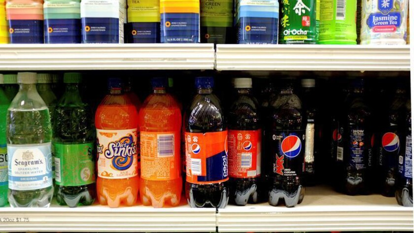 New York City Mayor Michael Bloomberg announced plans yesterday to implement a ban on the sale of large sodas and other sugary drinks at restaurants, movie theaters and street carts. EFE/EPA/Archivo