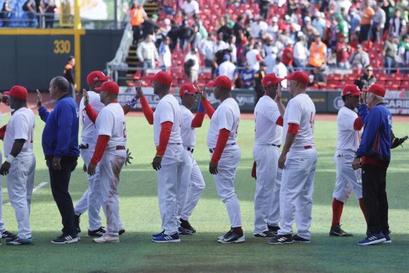 Jugadores de Cuba festejan una anotación ante Venezuela hoy, viernes 2 de febrero de 2018, durante el partido entre Venezuela y Cuba de la Serie del Caribe 2018, celebrado en el Estadio Charros de Zapopan, en la zona metropolitana de Guadalajara (México). EFE