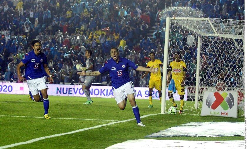 Christian Giménez logró el primer gol al rematar con la cabeza en un tiro de esquina. Cruz Azul vs. América.