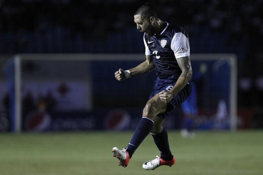 El futbolista Clint Dempsey controla el balón. EFE/Archivo
